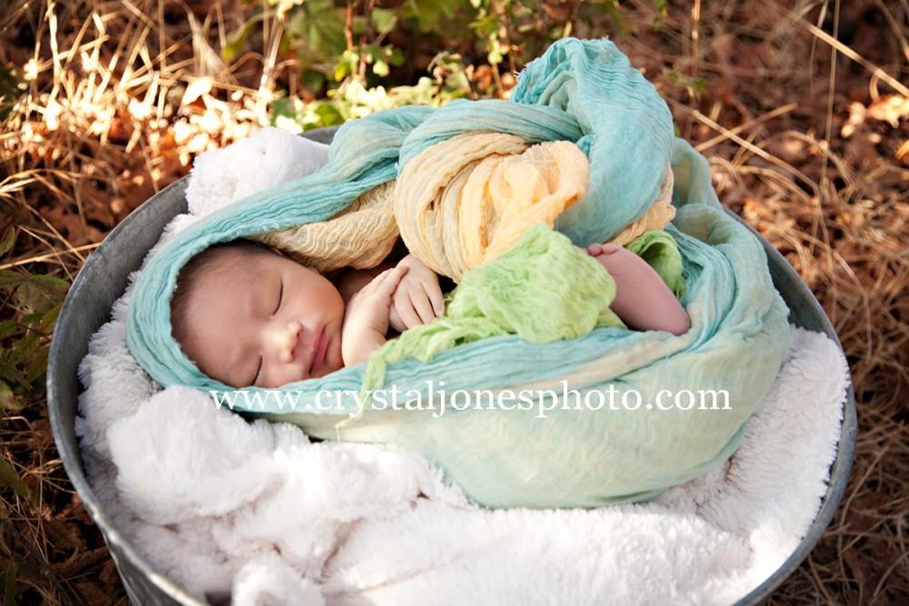 outdoor newborn portraits at jan park in carmichael california