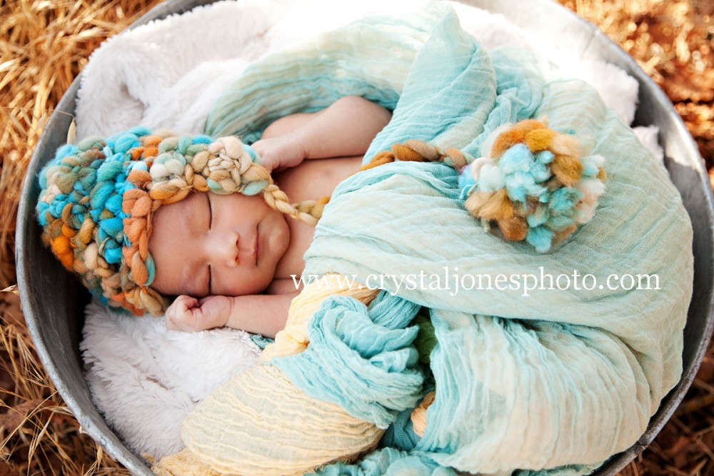 outdoor newborn portraits at jan park in carmichael california